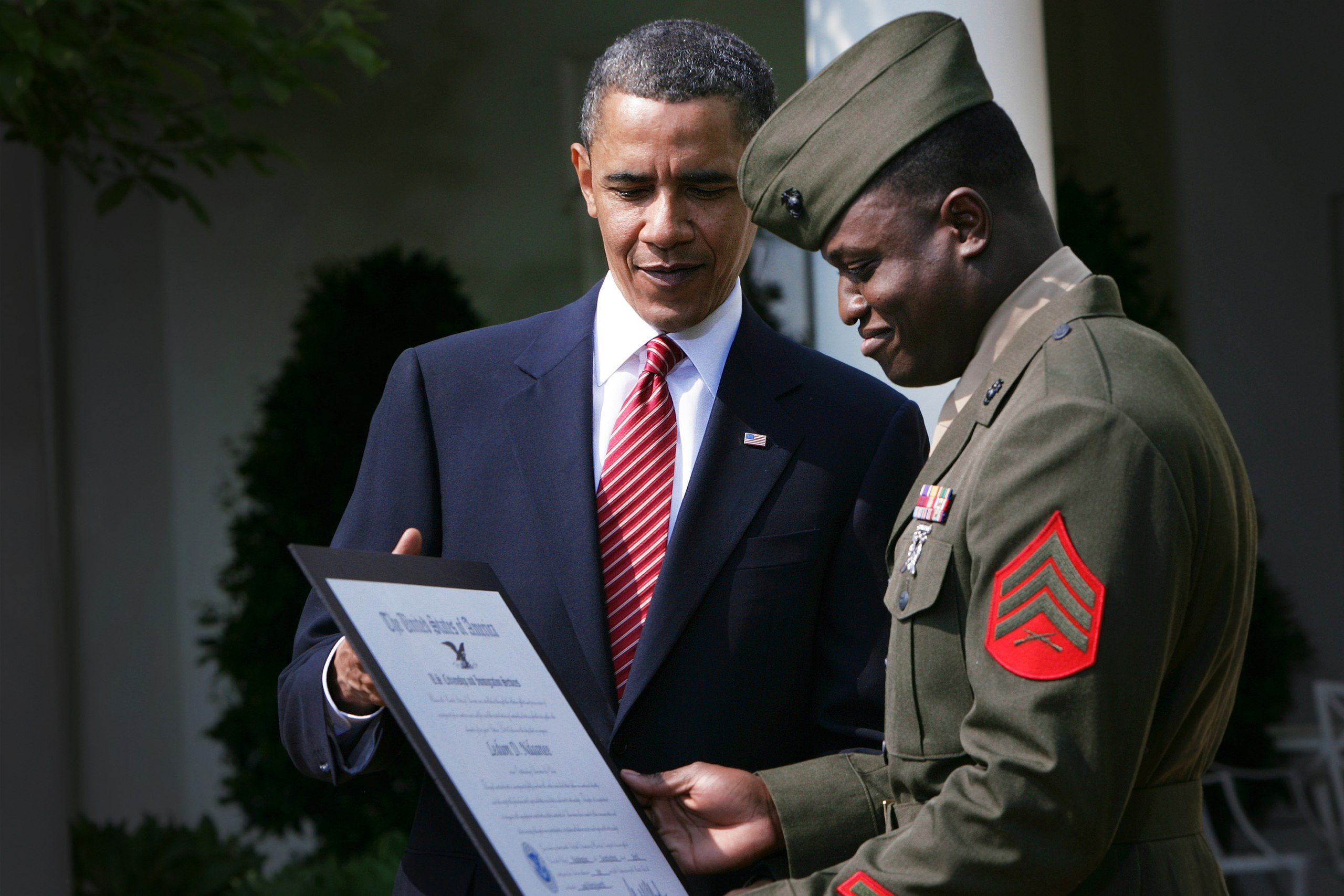 President Obama standing with a naturalized Nigerian soldier